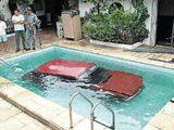 Auto im Pool