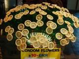 Blumen aus Kondomen