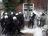 Polizei mit Farbe begossen