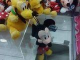 Pluto hält Mickey